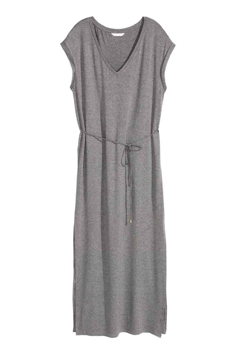 Vestido largo de punto  Vestido largo en punto de viscosa suave y con  brillo. Modelo con escote de pico 74d33fe7a0a5