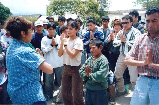 17/04/2002: En Cajamarca, personas aprendiendo los ejercicios de Falun Dafa.