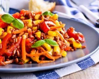 Salade de riz rouge olé-olé carottes, maïs, poivron et basilic : http://www.fourchette-et-bikini.fr/recettes/recettes-minceur/salade-de-riz-rouge-ole-ole-carottes-mais-poivron-et-basilic.html
