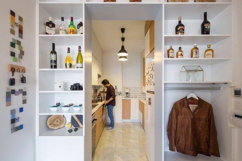 Offene Regale umgibt den Eingang zu dieser Küche und bietet einen - regale für die küche