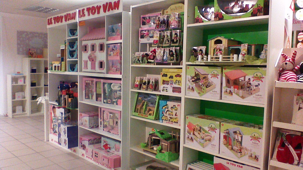 Le Toy Van In Store Display With Stands Tv900 By Heike Paule Http Www Heikes Babykurse De Www Letoyvan Com Wooden Toy Shop Shop Window Displays Wood Toys