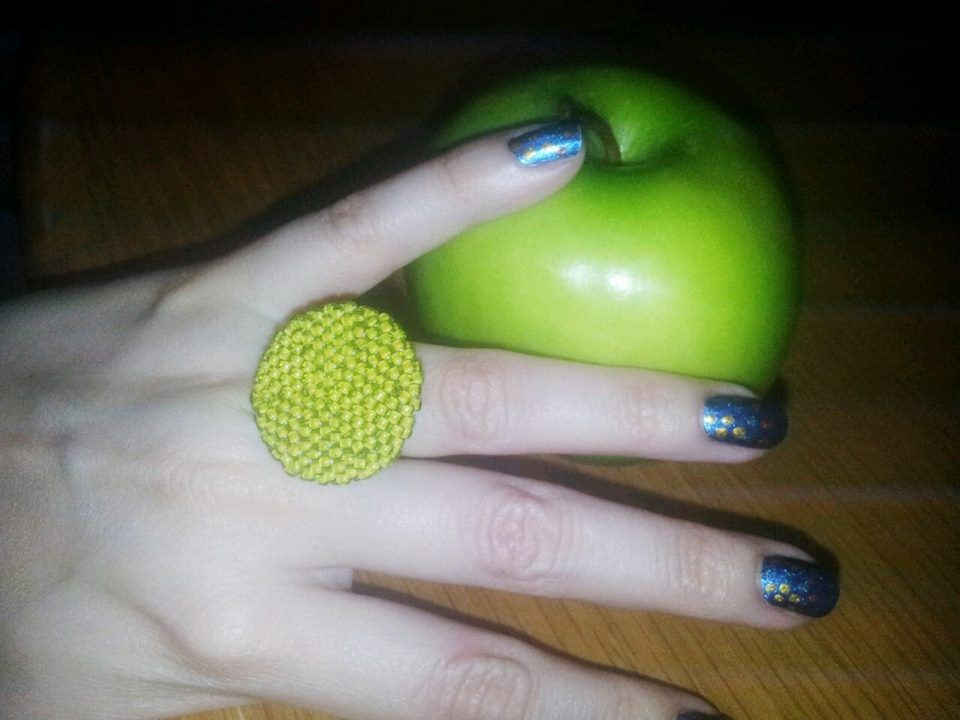 By @Chiiica_  anillo verde forrado con seed beads manzana,   https://www.facebook.com/pages/Chiiica/