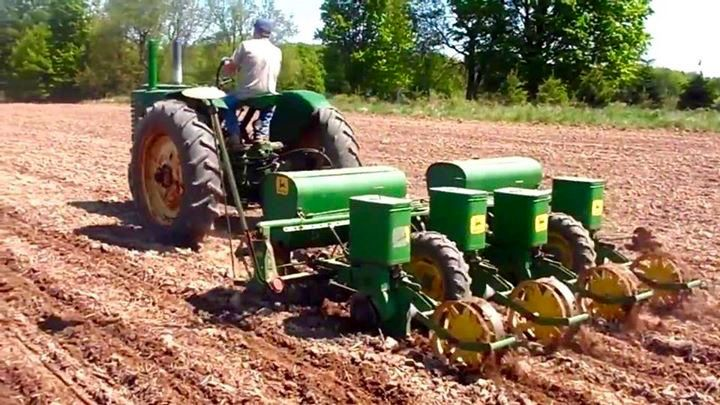 JOHN DEERE 4 Row Planter Old Farm Machinery Tractor