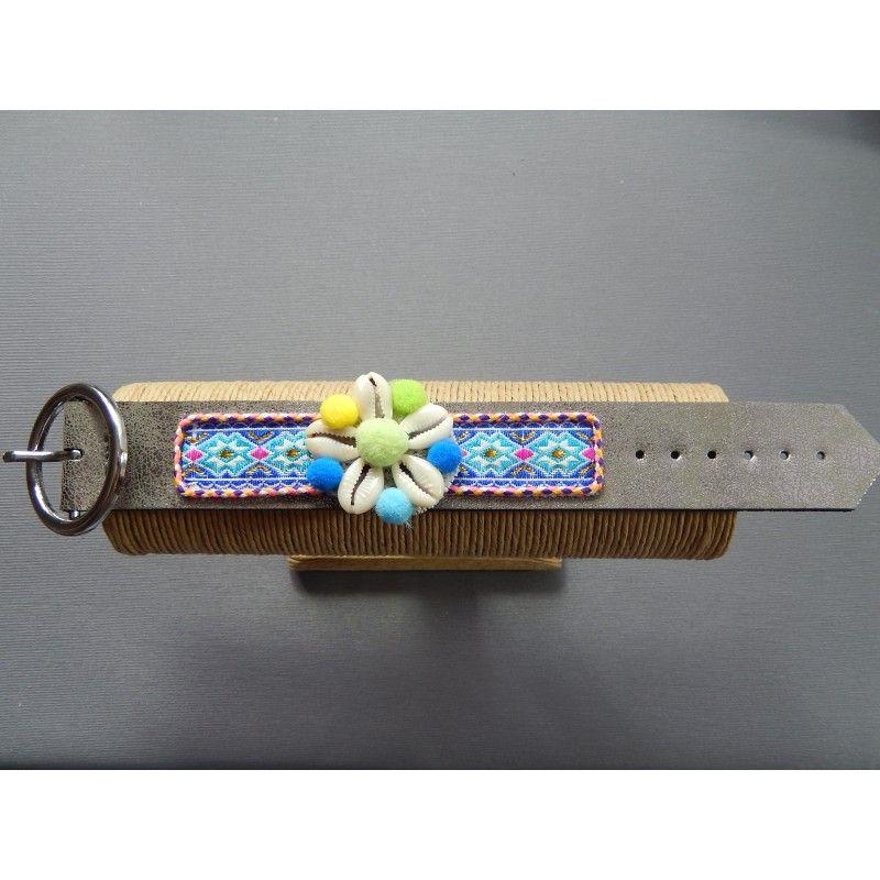 Bracelet ethnique  Fleur de coquillages.  L'accessoire hippie chic qu'il vous faut.  Longueur: 23 cm.