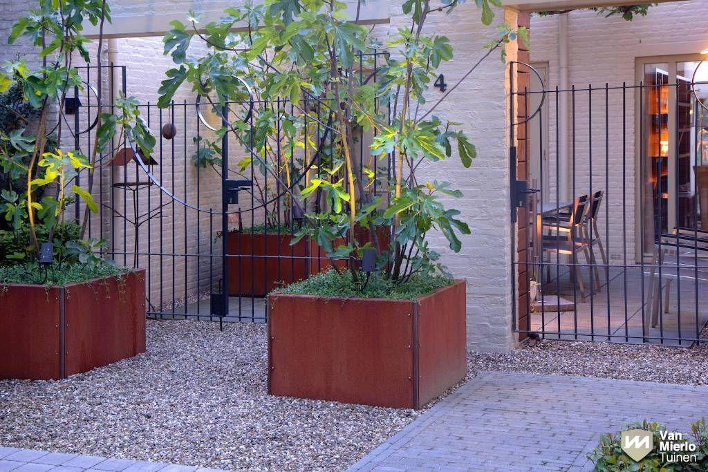 03 stadstuin met intieme veranda en waterloop van mierlo tuinen