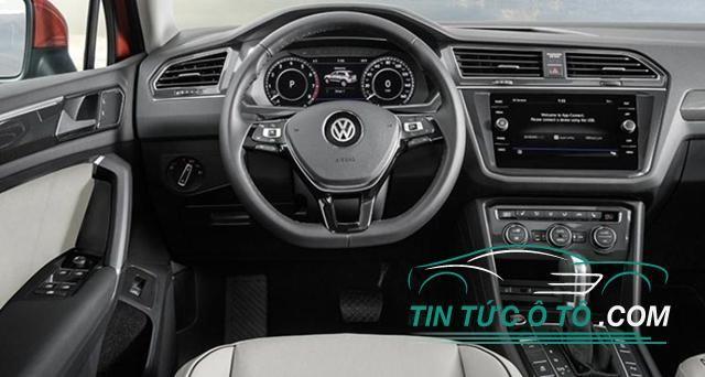 Ở bên trong, nội thất xe nổi bật với màn hình cảm ứng 7 inch