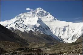 L'Everest, au Tibet, est le plus grand sommet du monde.