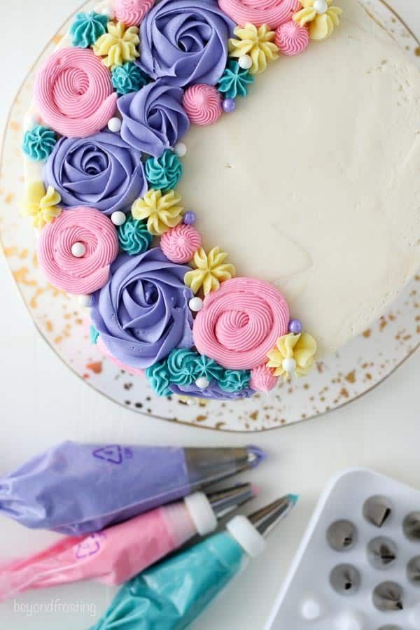 This buttercream flower cake tutorial breaks down all the components of how to d... - Dessert deco -