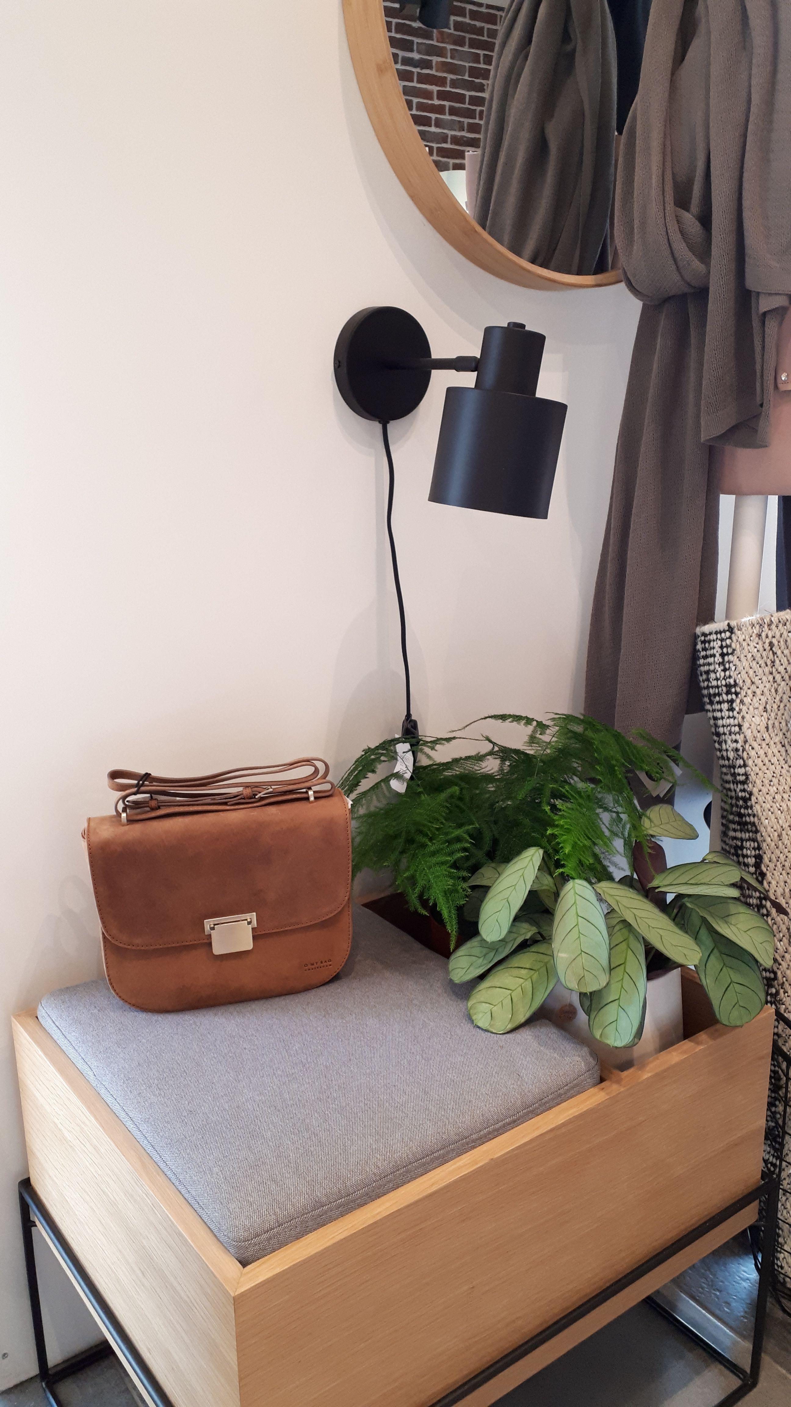 Bankje, lamp, spiegel van Hübsch Interior Handtas van O My