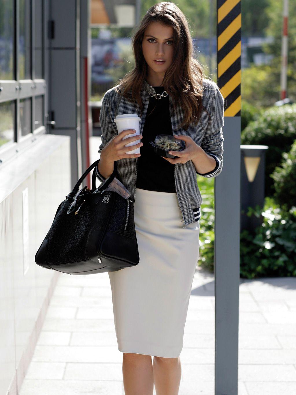 elleWorksDay. Moda otoño 2015. Chaqueta informal para el trabajo en gris, falda recta blanca combinada con blusa negra o jersey negro. Muy urbanita!!!