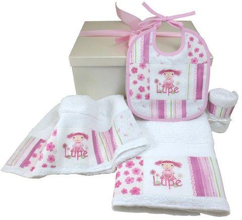 •Set :caja de presentación 40 x 30 x 20 carton rígido forrado en papel opal •juego de toallón y toalla personalizadas con inicial •babero personalizado con inicial con reverso de toalla y babita haciendo juego •moño de seda •