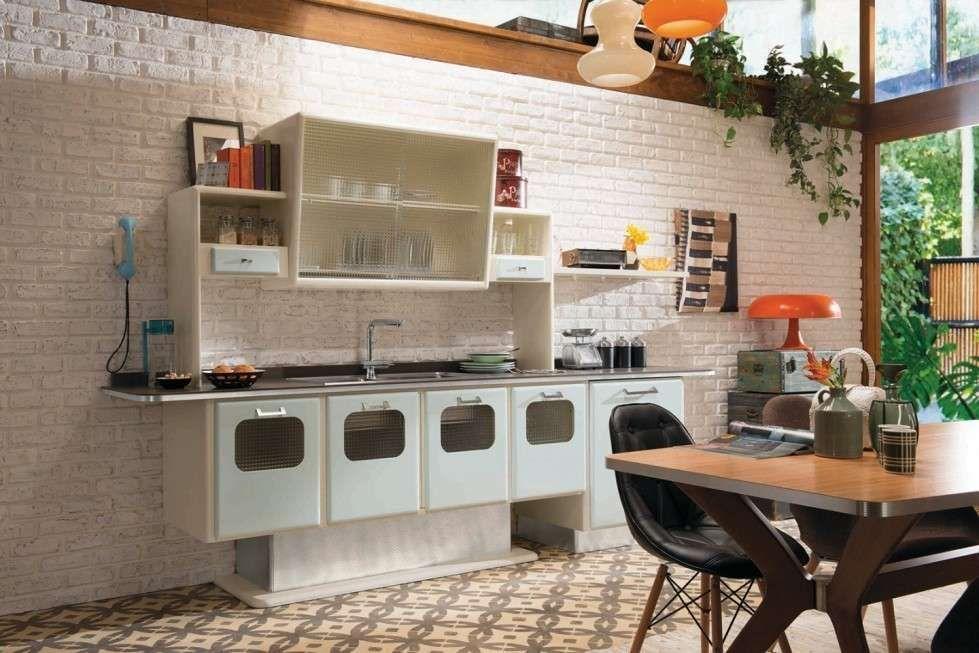 Cucine vintage Anni '50 #magariungiorno Le cucine vintage Anni '50 hanno davvero un fascino intramontabile. Se anche voi non sapete resistere al gusto retrò, sfogliate la nostra gallery! Abbiamo raccolto tutti gli spunti più interessanti per arredare la zona giorno seguendo questo mood. In una cucina vintage Anni '50, non potranno mancare un frigorifero dai profili stondati e un forno grande, magari a contrasto; cappa a vista; ante con vetri. Le tonalità sono prevalentemente chiare ma non man #magariungiorno