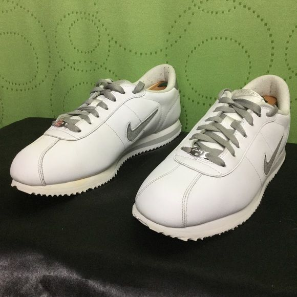 Shop Men's Nike Silver White size Shoes at a discounted price at Poshmark.  Very clean . No issues.