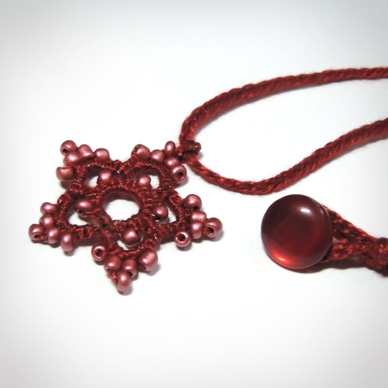 Este colar de 5 pontas é super gracioso e os detalhes em miçangas selecionadas tornam o seu design vibrante e único!