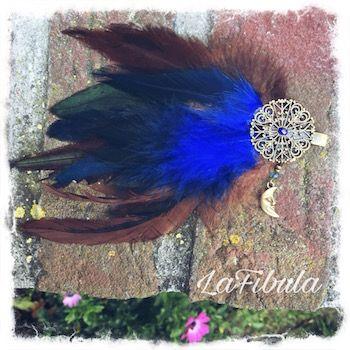 Dieser wunderschöne Federclip in blau mit Mondanhänger ist leider schon verkauft. Natürlich kann ich für dich auch einen machen! Schreibe mir unter info@lafibula.com
