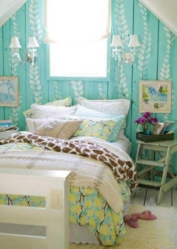 Einrichtung im karibik stil  Gemütliches Dachzimmer mit turqouise Wand mit weißen ...