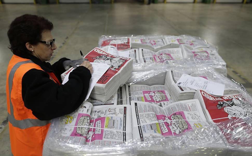 Funcionária verifica próximas edições do semanário Charlie Hebdo em uma gráfica, em Villabé, ao sul de Paris; esta é a segunda edição da revista depois do ataque que matou 12 pessoas na sede da publicação no dia 7 de janeiro. Foto: Kenzo Tribouillard/AFP