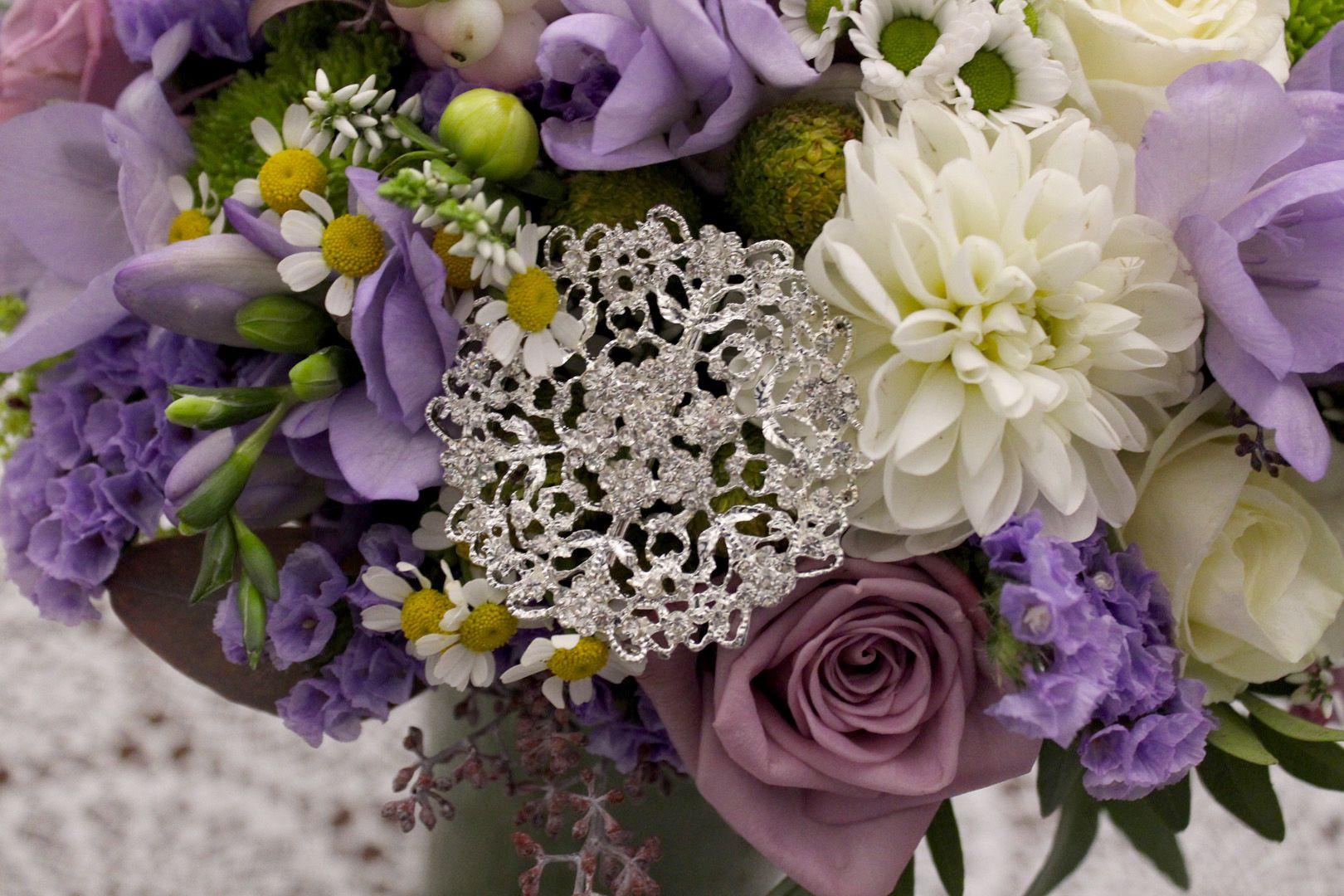 Fialovo biela svadobná kytica z ruží a frézií