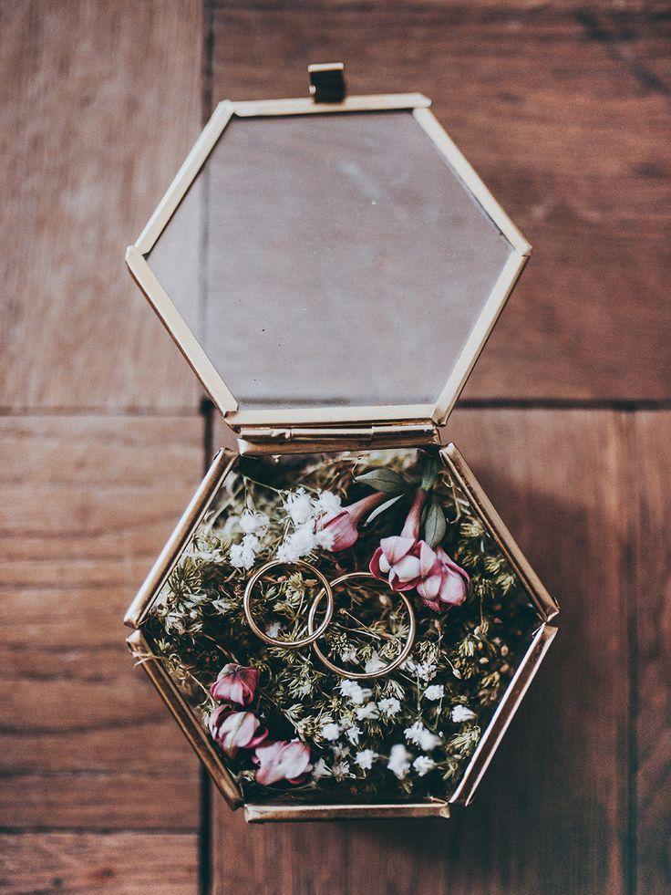 DIY Ringkissen aus Moos in Glasschatulle für eine Boho Hochzeit selbermachen - Envypic #weddings