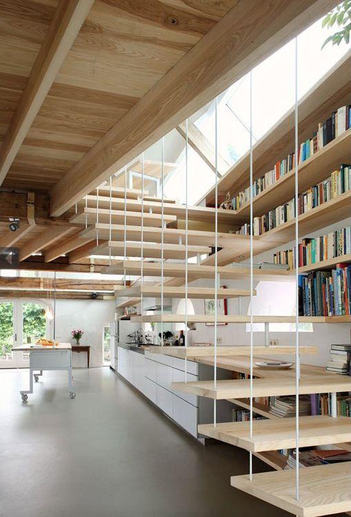 En continuité du plan de travail, les marches de l'escalier de MAXWAN servent aussi de bibliothèque