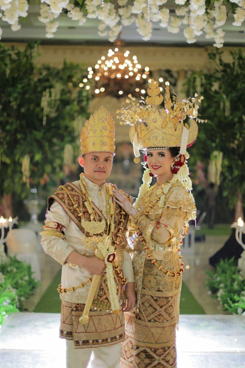 Pakaian adat Lampung pepadun mego pak. From chadevi & putra