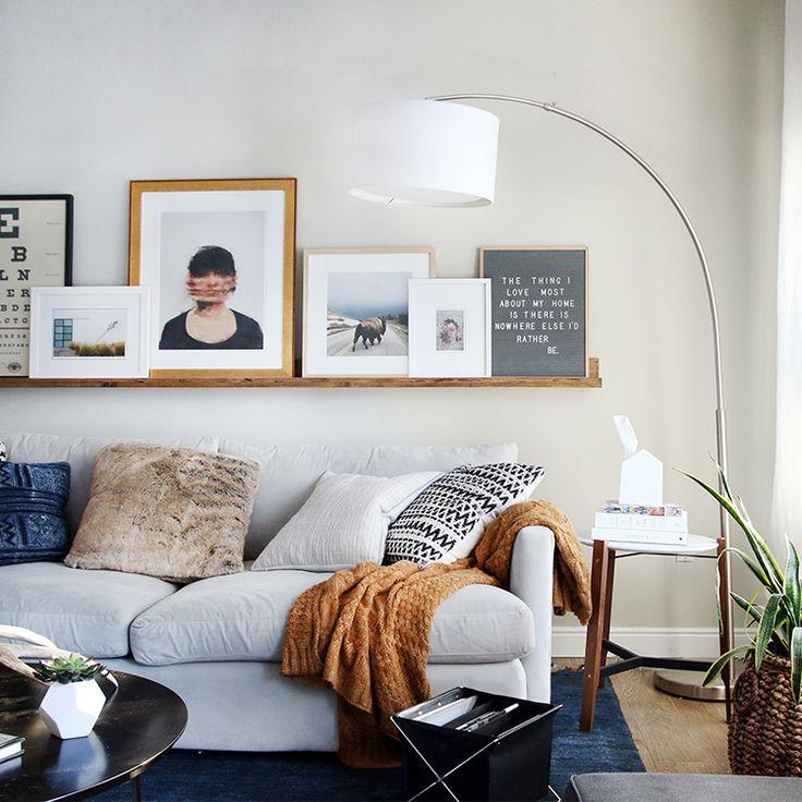 15 Peaceful Asian Living Room Interiors Designed For Comfort: Coussins Désordonnés Sur Un Canapé Gris Clair #deco