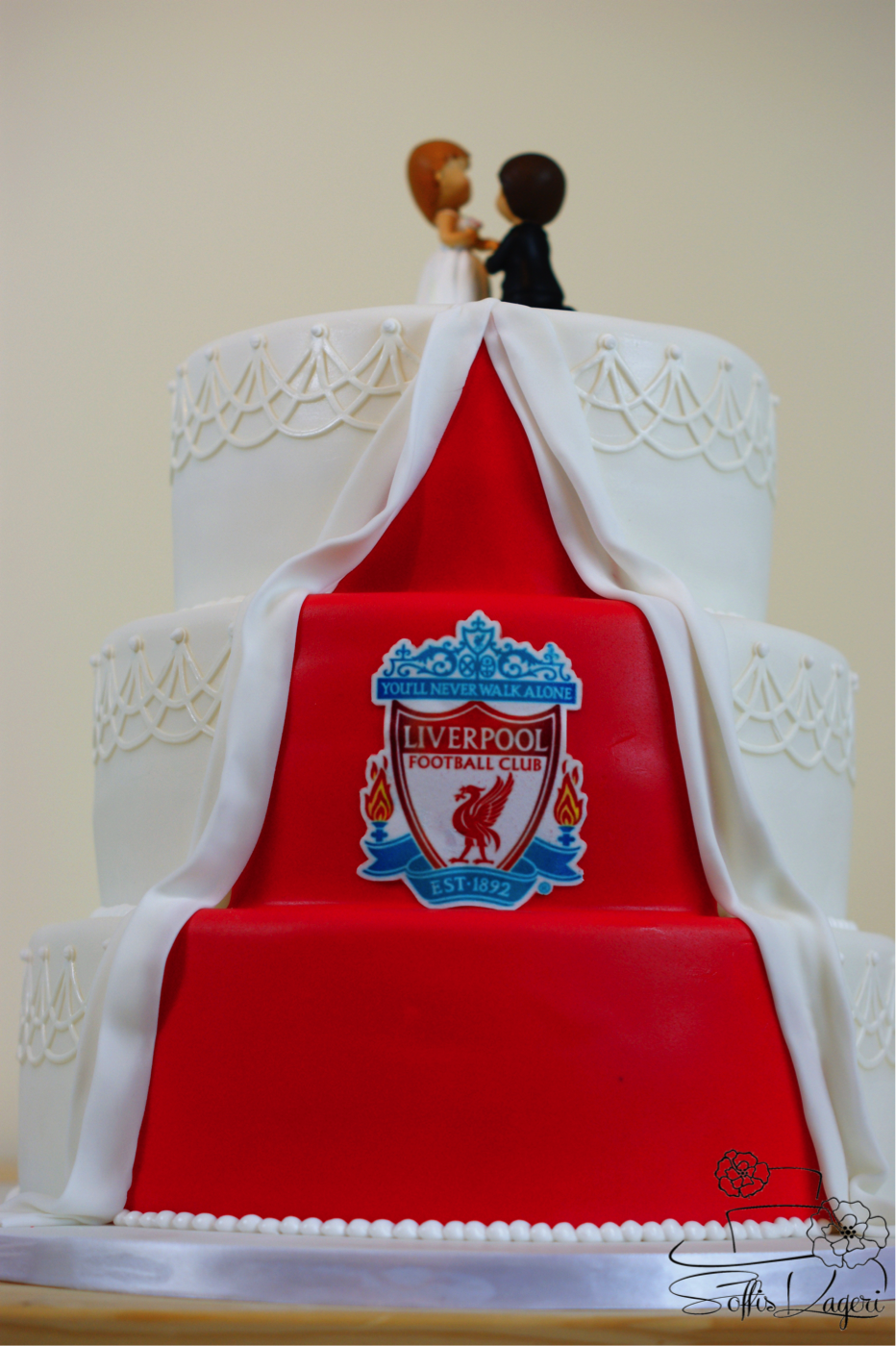 En lille overraskelse bag på bryllupskagen liverpool fans a small surprise on the back of the wedding cake liverpool fans