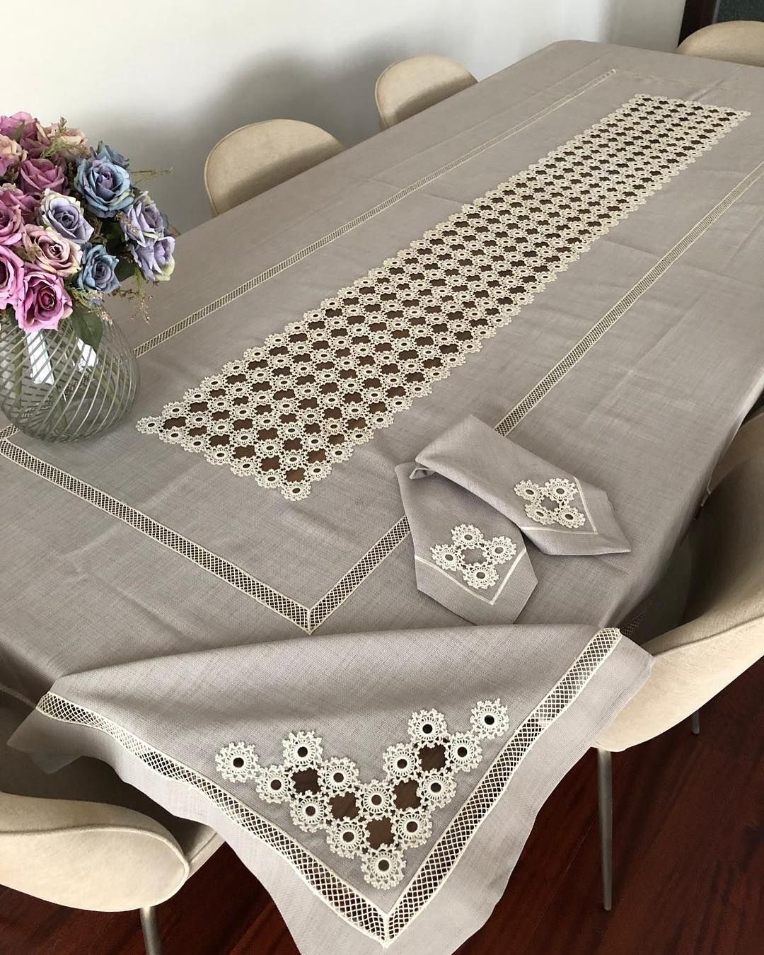 """Altınmakas Tekstil & Tasarım sur Instagram: bir Une toute nouvelle nappe et serviettes 🙊 N'est-ce pas génial? DM DM pour obtenir des informations almak il suffit d'appeler. İşlem05392852875 Broderie… """"   – DANTEL DEĞERLENDİRME"""