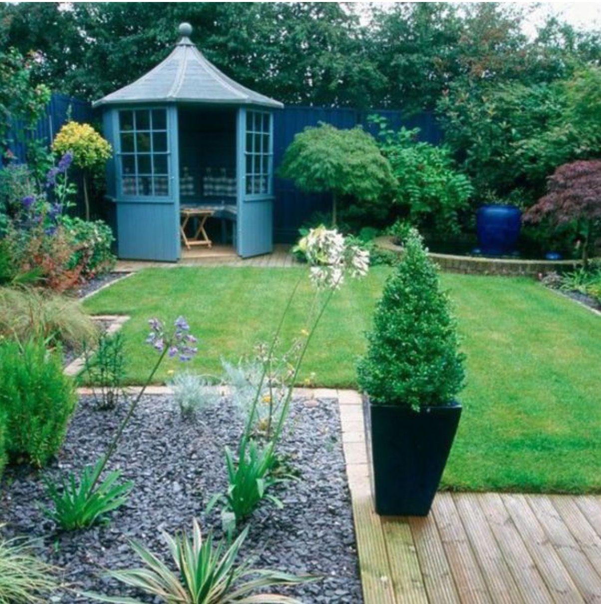 Petit jardin zen:cailloux,terrasses en bois, érables et toit ...