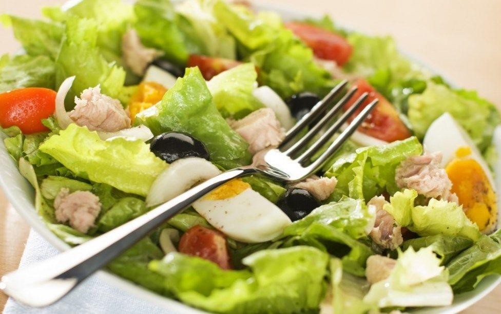 Диетический салат с консервированным тунцом, рецепт | 613x976