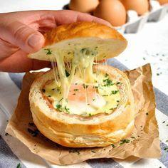 Pão recheado com queijo e calabresa: é só tirar o miolo do pão de hambúrguer, rechear e levar ao forno