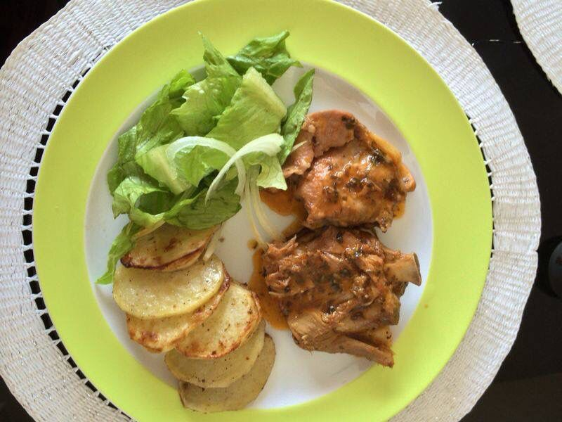 Chilindron de Pollo con Papas asadas, lechugas y cebollas