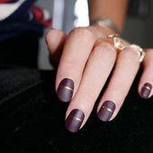 Herfst manicure inspiratie matte bordeauxrode nagels met gouden streepaccent. Br…