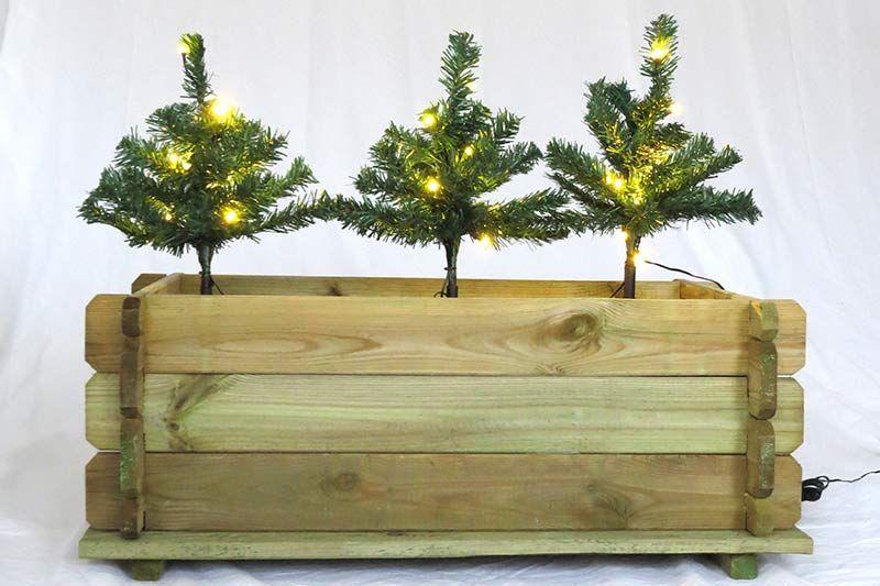 weihnachtsdekoration blumenkasten die mini weihnachtsb ume werden von einer lichterkette be. Black Bedroom Furniture Sets. Home Design Ideas