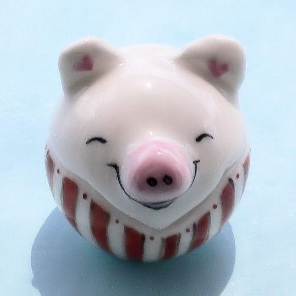 笑顔のこぶたは縦縞を着ました。ほっそり見えるかな?ギザギザをあわせてフタをしてください。白磁土をてびねりで形作りました。専用のえのぐで描いた後830度で焼成し... ハンドメイド、手作り、手仕事品の通販・販売・購入ならCreema。