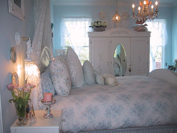 Delicieux Blue Touched White Bedspread And Painted Walls Create A Shabby Chic Look.