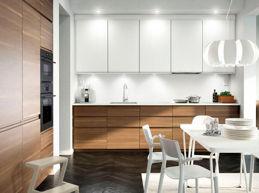 Cocina con puertas efecto nogal llamativas puertas for Puertas blancas ikea
