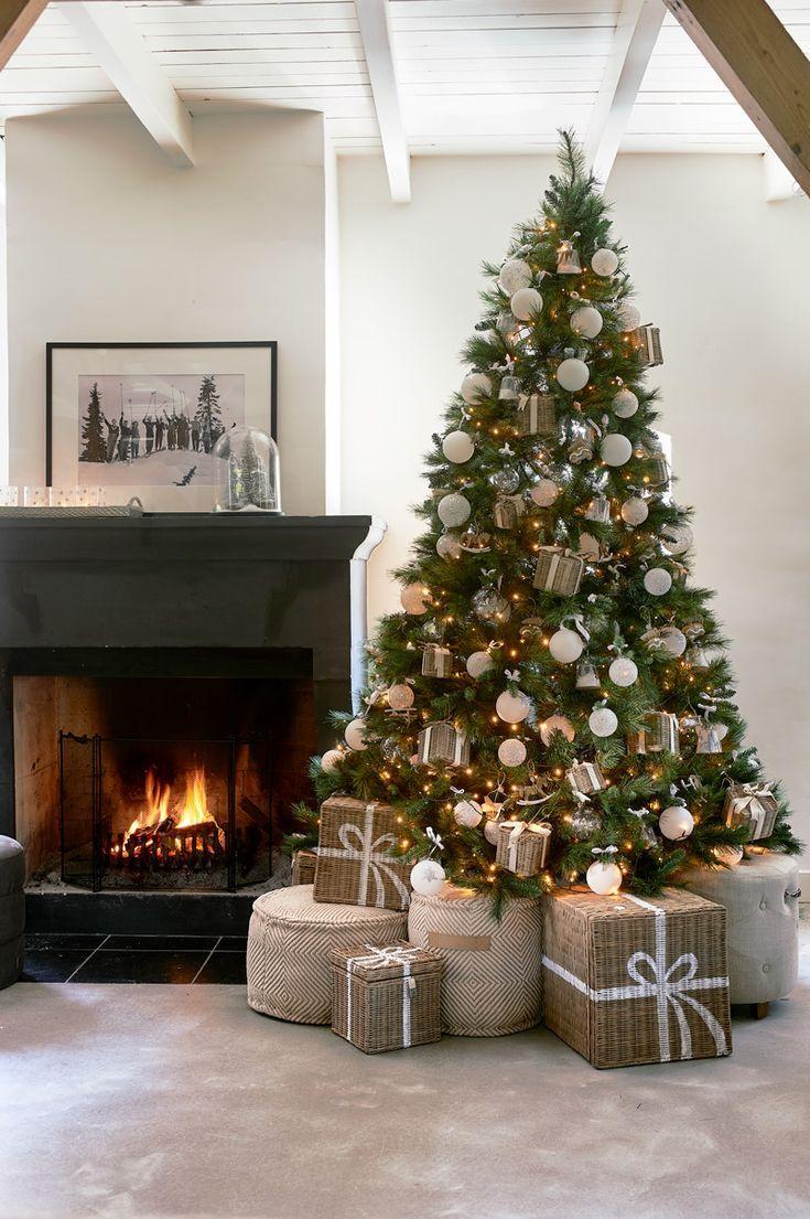 Weihnachtsbaum vor dem Kamin