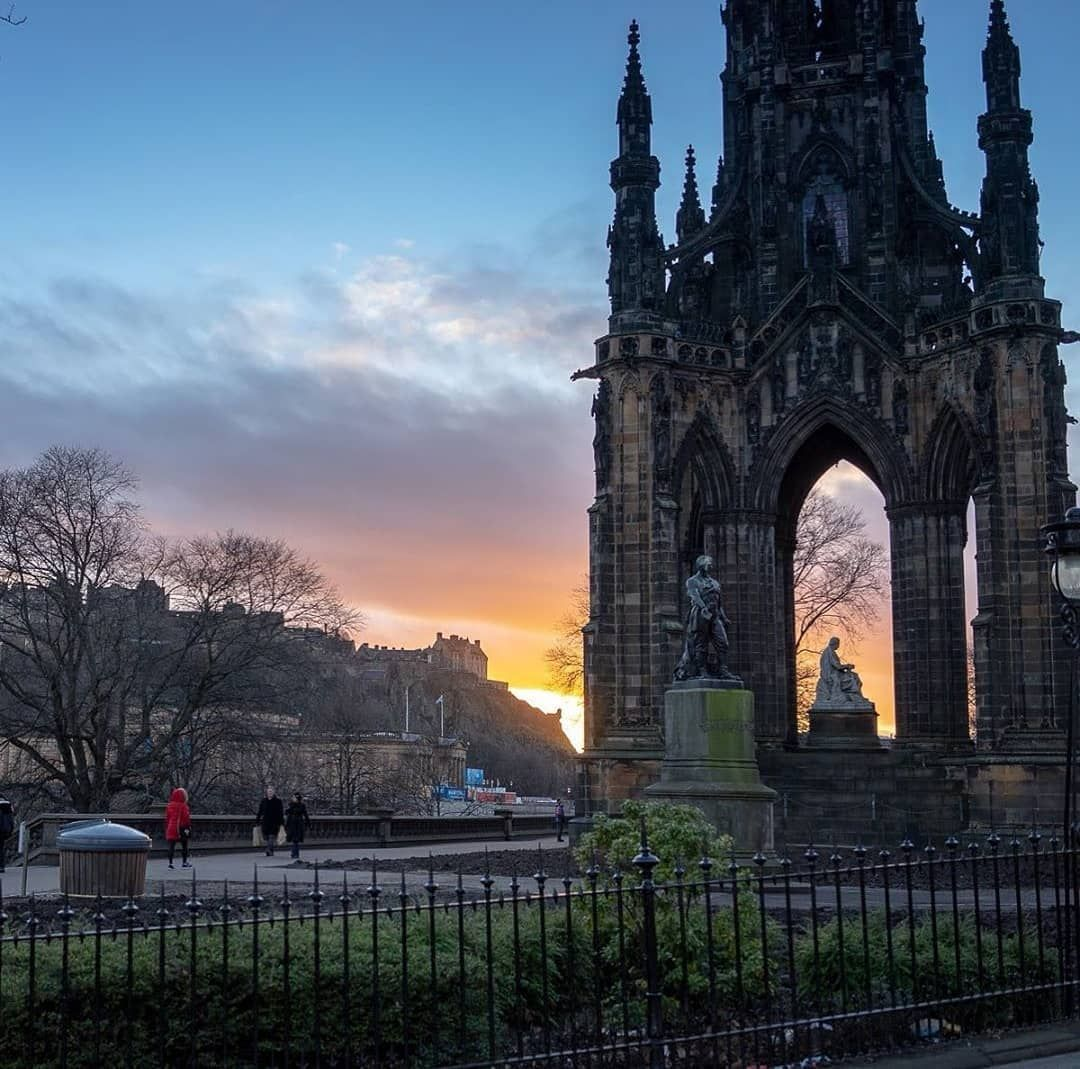 Yet another beautiful sunset in Edinburgh - this stunning shot by @bokehboyzies is our #EdinPhoto of the week 📸 We love seeing your…