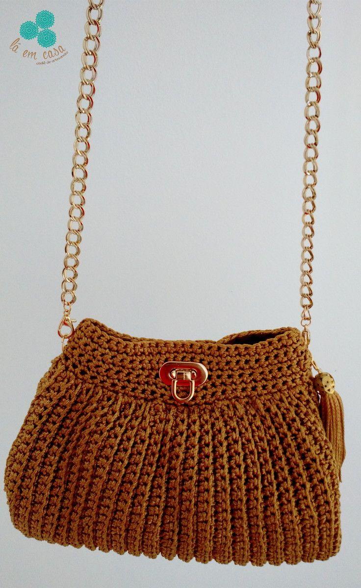 c4b9cce50 Bolsa tiracolo de crochê, confeccionada em linha dourada 100% viscose, com  alça de corrente dourada e fecho metálico. Comprimento alça: 1.10m