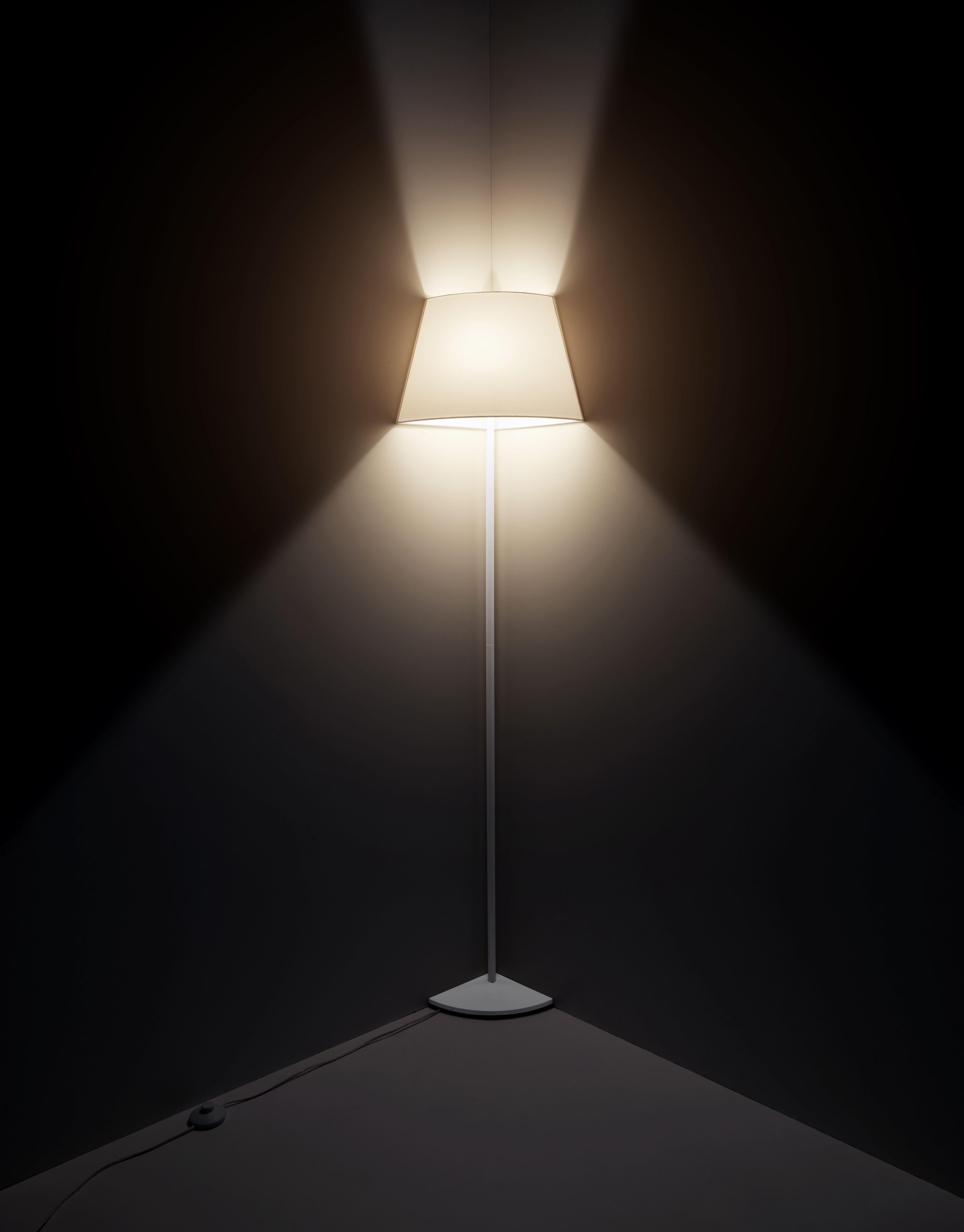CORNER LAMP BY ROBERTO CÁRDENAS