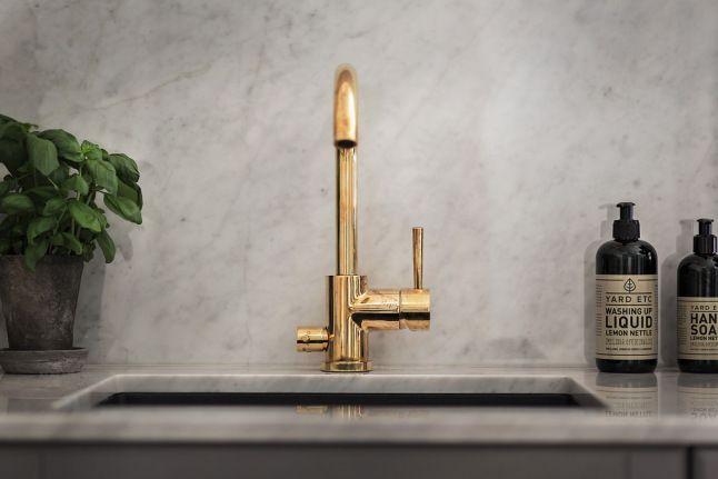 Precioso detalle el grifo en dorado que combina a las mil maravillas con el mármol jaspeado en tonos grises.
