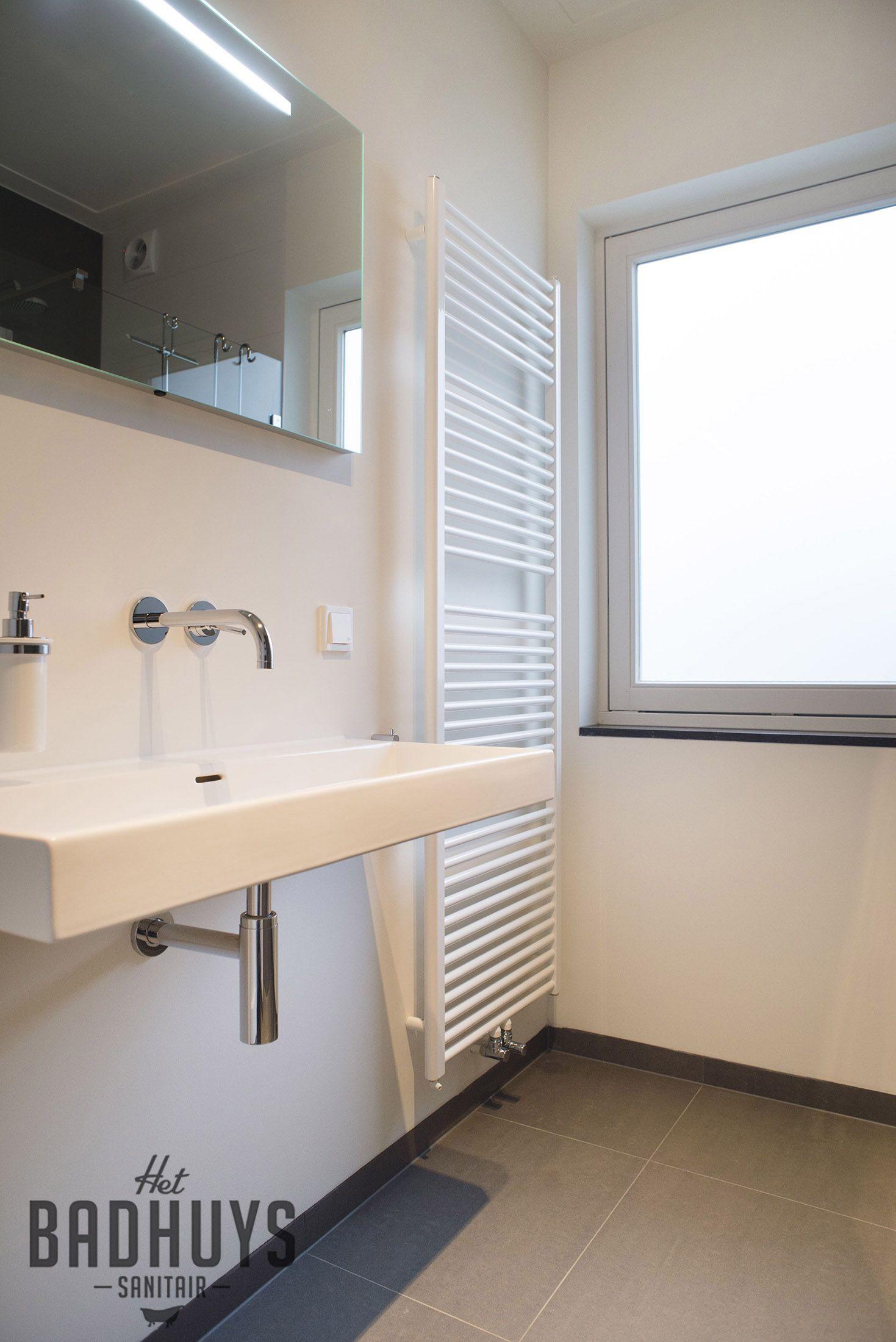 Spiegel met LED verlichting op maat en eenvoudige wastafel   Het ...