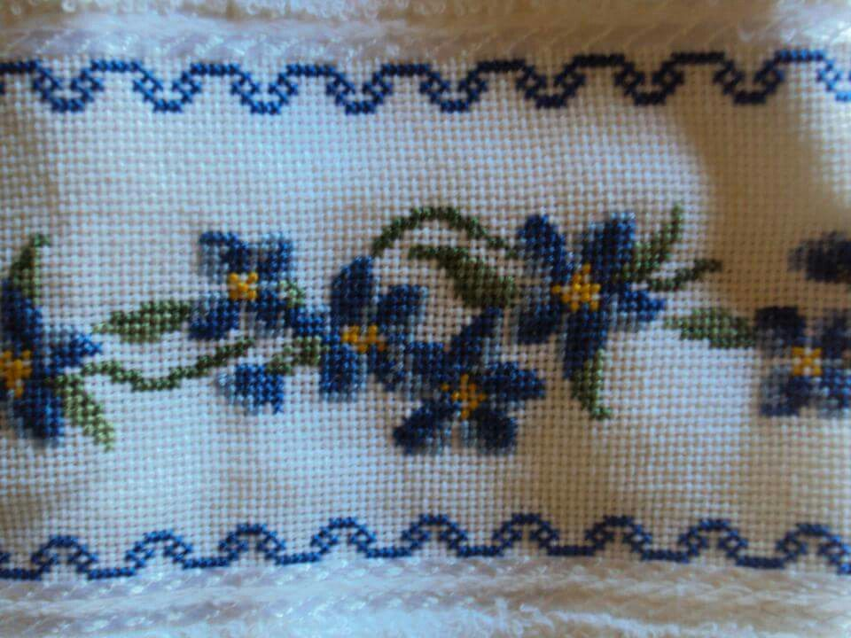 Toalla bordada en punto cruz con dise os de flores en for Disenos de punto de cruz