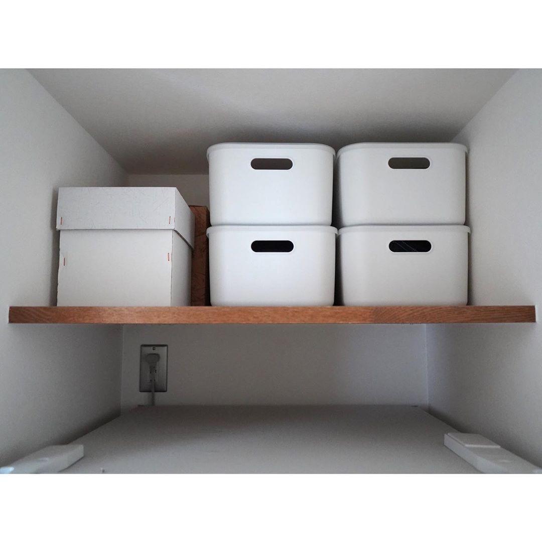 しょこ On Instagram ㅤㅤㅤ 冷蔵庫上のデッドスペース ㅤㅤㅤ 冷蔵庫の上にはホコリが溜まる 物を置かない方がいいと聞いたことが あったので 有効活用するために 棚をつけてもらいました ㅤㅤㅤ 中には今使ってないおひつ 重箱 保冷バッグ 梅仕事のビン
