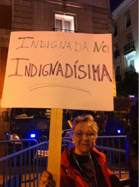 "Fecha: 19/5/11. Hora: 22.23. Tuit original: ""Una señora ""indignadísima"" #nonosvamos #acampadasol #notenemosmiedo""."