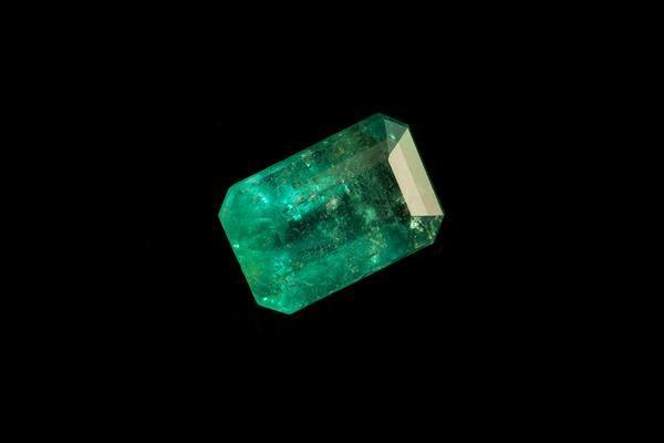 Emerald | Origin: Bahia/Brazil | Emerald Cut | Color: Medium Green | Clarity: SI1 (10X Magnified) | 0,385 Ct | 5,50 mm X 3,70 mm