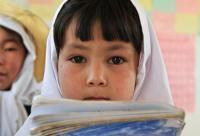Kaloo School. V Afganistane má vzdelanie len päť percent žien, ostatné sú negramotné. Ale Fakhereh, malé dievča z horskej oblasti v Afganistane, chodí  rada do školy a baví ju učiť sa. Akú má šancu ísť za svojim snom?