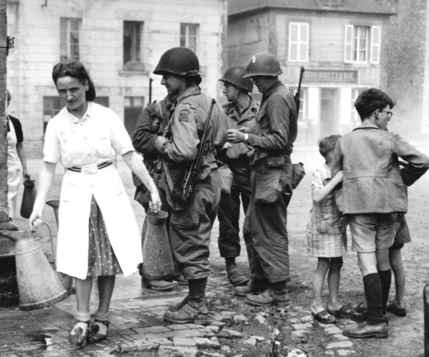 France. WWII. Sainte-Marie-du-Mont, Les troupes US devant le puits de la ville, 1944 90th Infantry Division