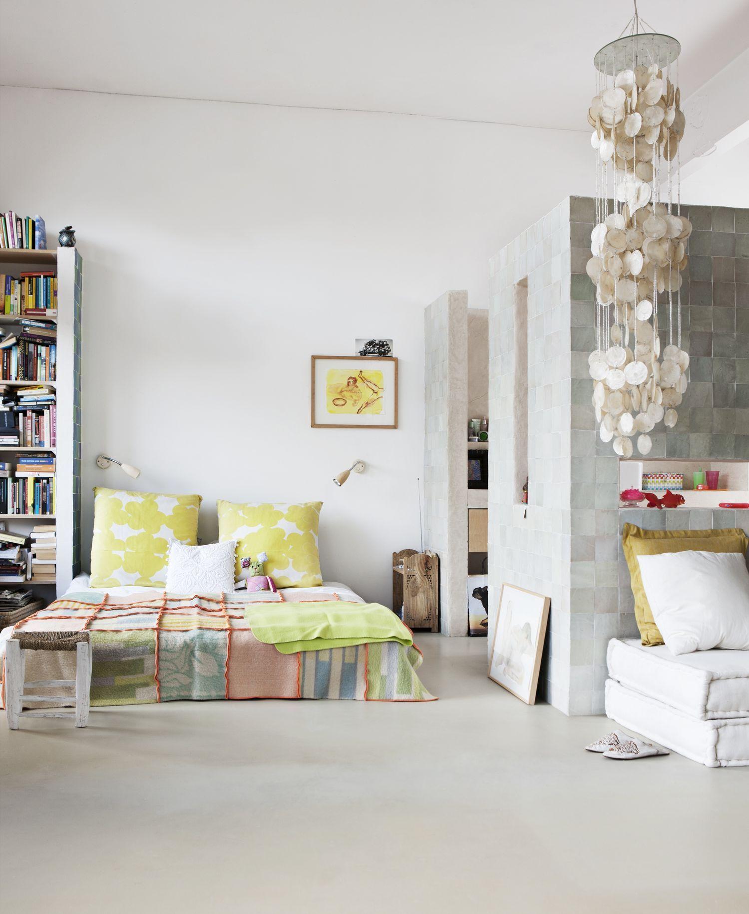 Fra stuen ser man direkte ind i soveværelset. Det ternede patchwork ...